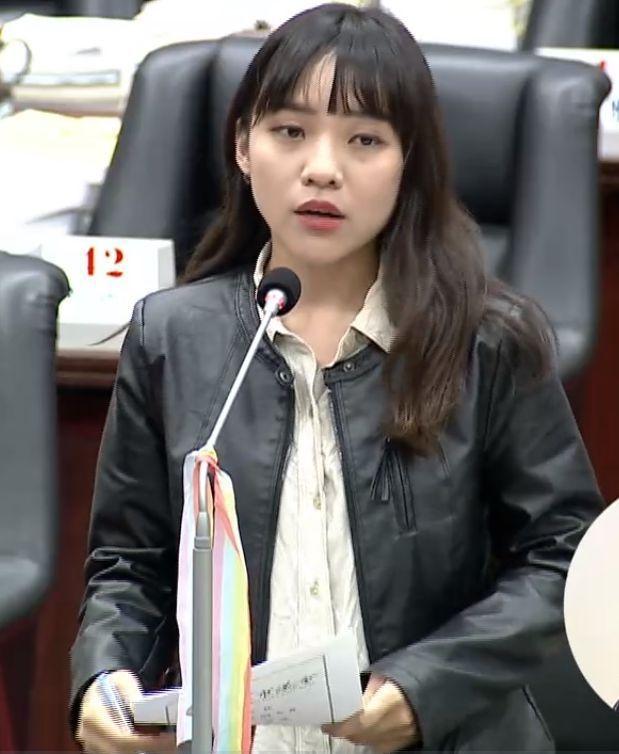 高雄市議員黃捷促政府繼續同性伴侶註記的機制。圖/翻攝議會質詢畫面
