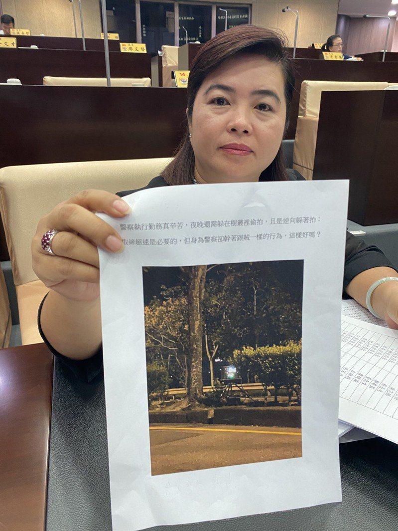 南投縣議員王秋淑出示員警躲在樹叢間取締超速,認為會影響民眾對警察執法觀感。記者江良誠/攝影