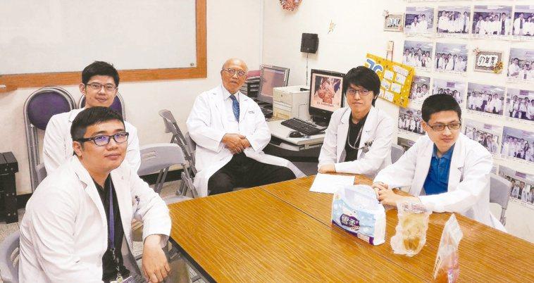 林永哲(中)為母校高雄醫學院培育許多心臟外科人才。圖╱林永哲提供