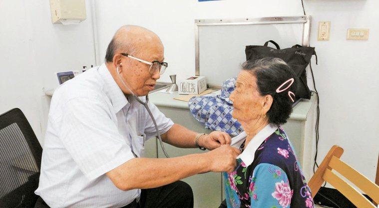 林永哲19年來持續飛澎湖,替當地居民看診。 圖╱林永哲提供