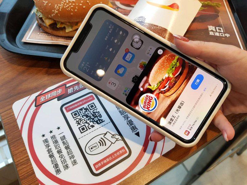 漢堡王於光華門市推出App Clips輕巧app點餐服務,不僅節省時間,還可享11組套餐的專屬優惠。記者陳睿中/攝影