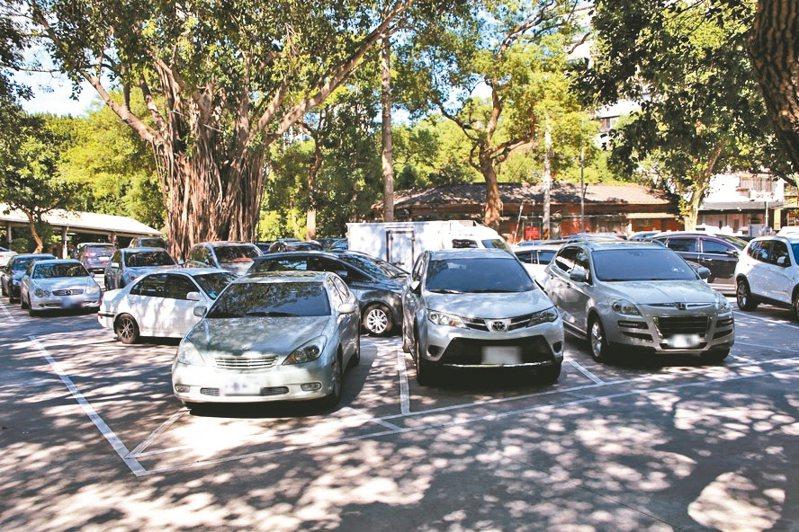 鶯歌國小校園開放停車位後,吸引許多附近居民使用,每天都停滿車輛。 圖/新北市教育局提供