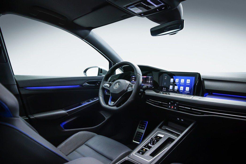 Golf R的車艙色調仍然以經典的藍色系為主。 圖/Volkswagen提供