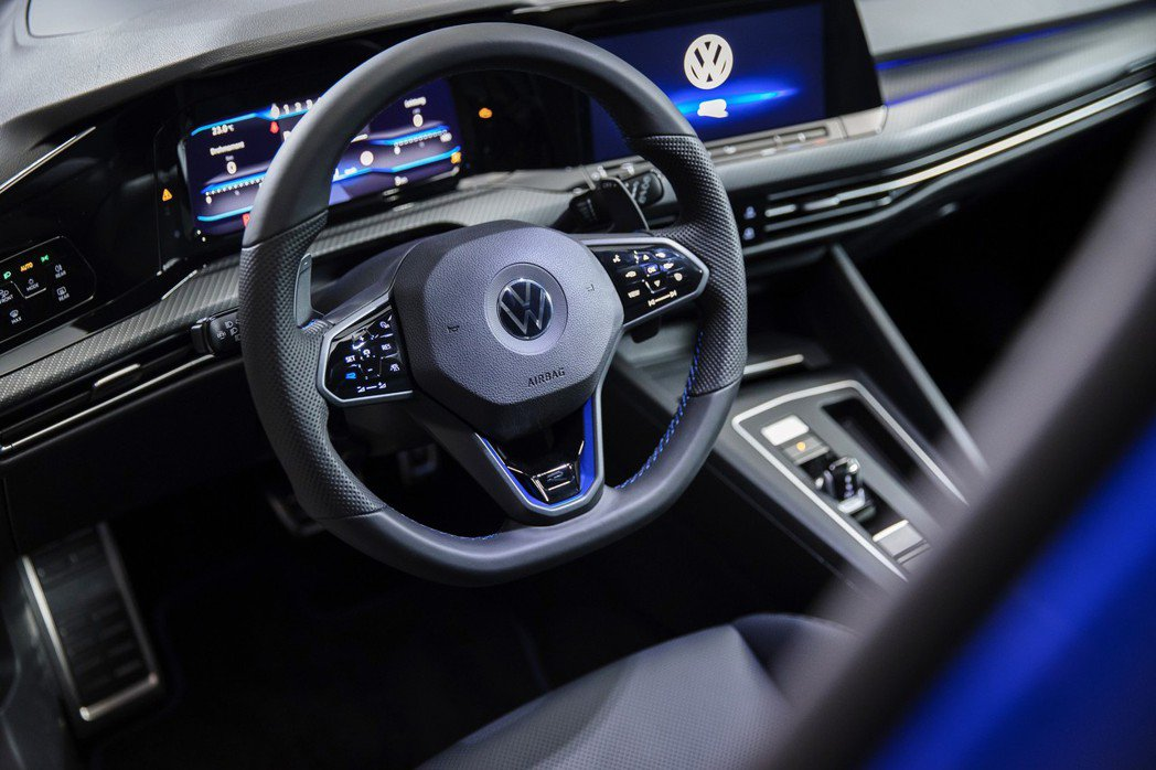 Golf R方向盤下方也有明顯的R性能字樣。 圖/Volkswagen提供