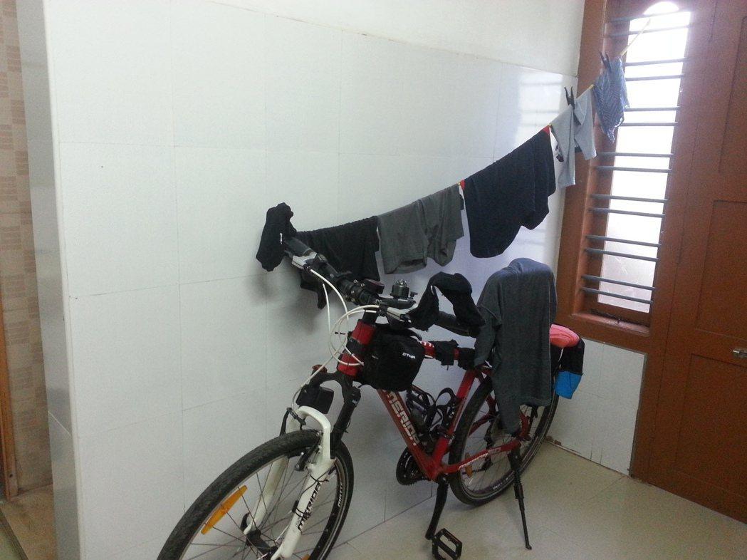 單車是旅伴,是主要的交通工具,也是臨時晾衣場。 圖/張瑞夫攝影