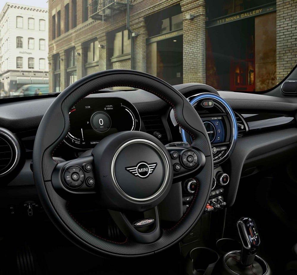 MINI Cooper S傳奇致敬版升級JCW跑車式真皮方向盤。 圖/汎德提供