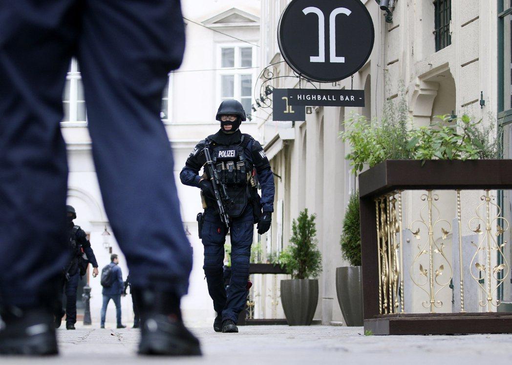 K.F在恢復自由後,一方面瞞騙行蹤監察,一方面也與歐洲德語系的恐怖組織網路搭上了...