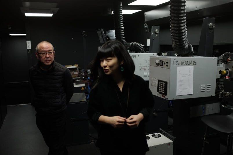 藝術家陳界仁和陳繪彌在影展現場的放映室檢查設備。圖/陳繪彌提供