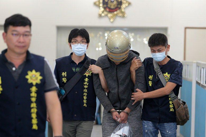 長榮女大生命案被告梁姓嫌犯(中)由台南警方押解移送高雄橋頭地檢署。 圖/聯合報系資料照