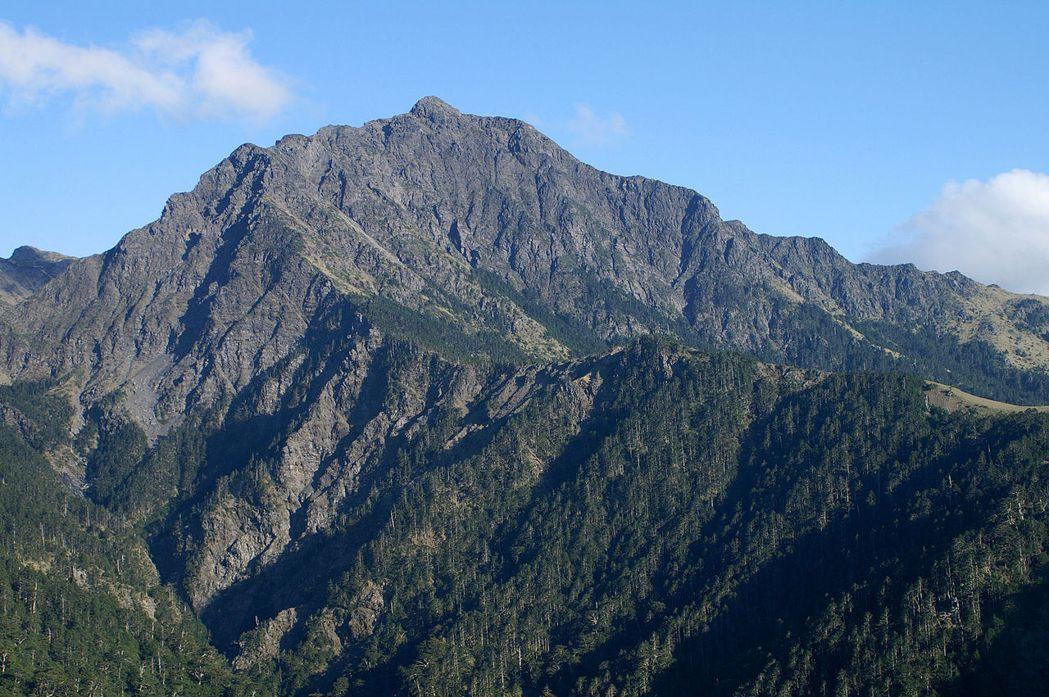 從審馬陣山草原眺望南湖大山。 圖/Peellden攝;維基共享