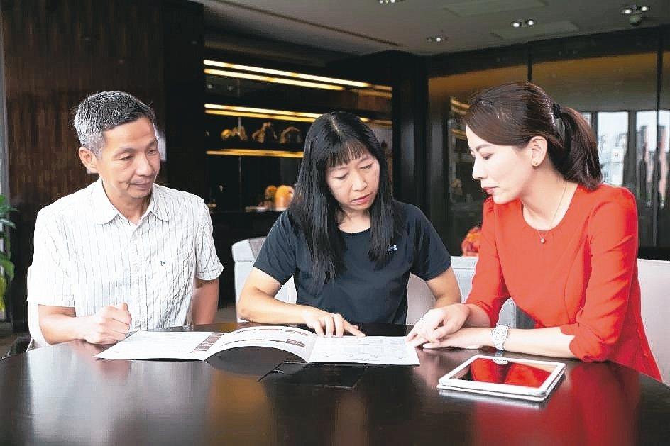 透過專業的財富管理服務,能幫助三明治世代改善財務負擔。 本報系資料庫