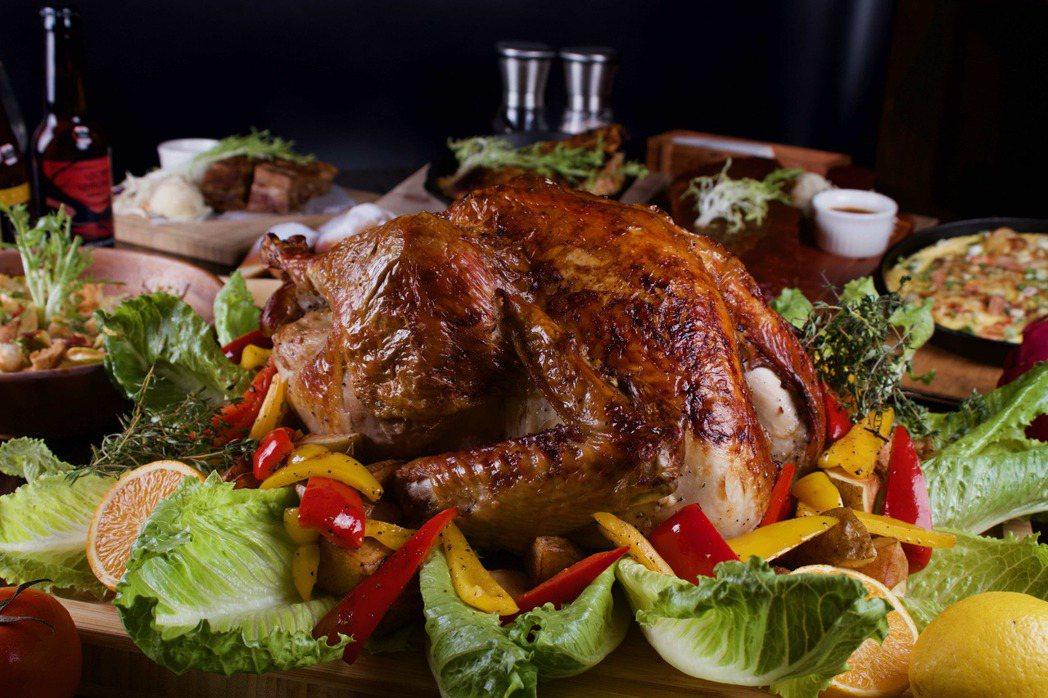 ABV烤火雞採低溫爐烤近3小時,更在烤雞肚子裡塞滿蔬菜與柑橘檸檬、馬鈴薯,完美吸...