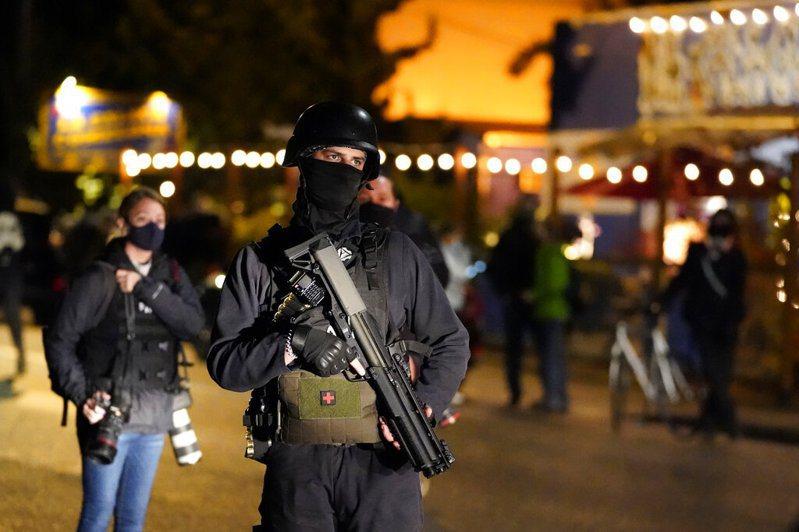 總統大選雖結束,但民眾互相敵對的心情未平復。圖為俄勒岡州波特蘭,有人員在遊行當晚手持槍支。美聯社