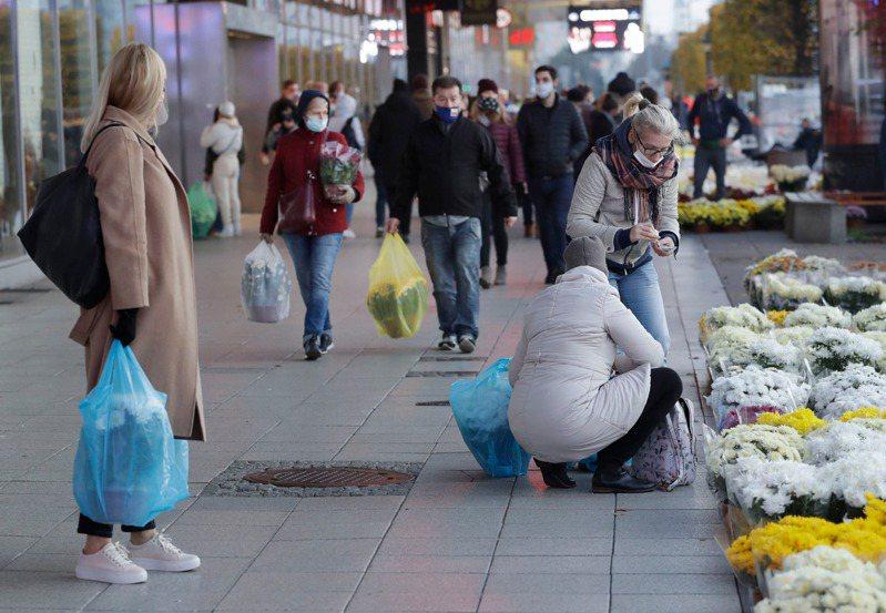波蘭今天通報新增2萬4692起新冠肺炎確診病例,並有373人染疫死亡,雙雙創下單日新高紀錄。 美聯社