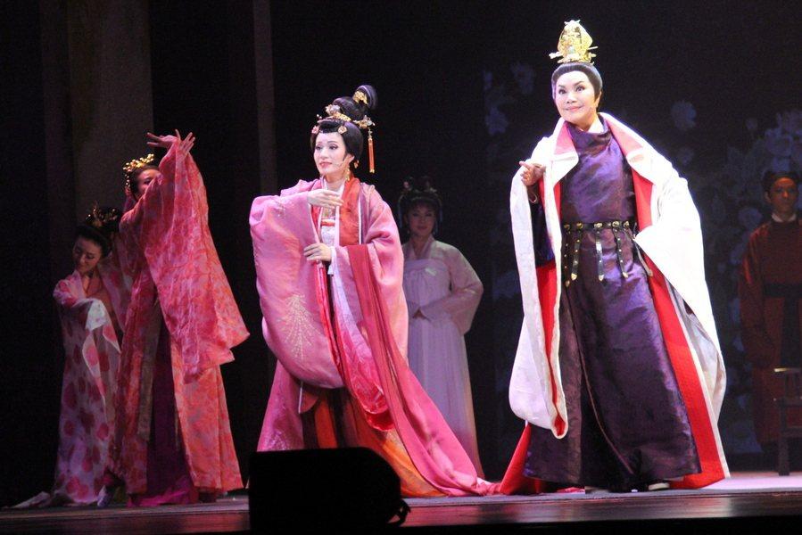 《源氏物語》中寂寞才女藤夫人創造了姿容絕世的光華君(右、唐美雲飾),一生風流多情