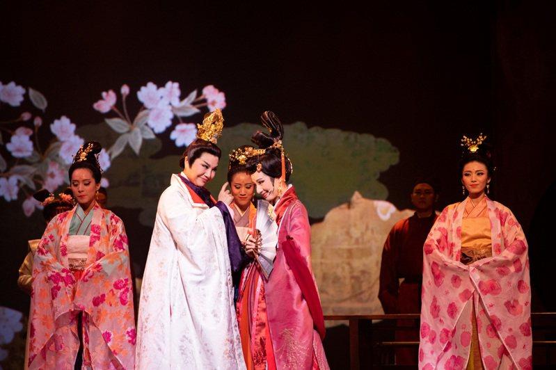 唐美雲歌仔戲團新作《光華之君》中,唐美雲飾演「光華君」,一生風流多情,流連於眾多女子之間,劇中呈現濃烈的情感與命運的捉弄。圖/兩廳院提供