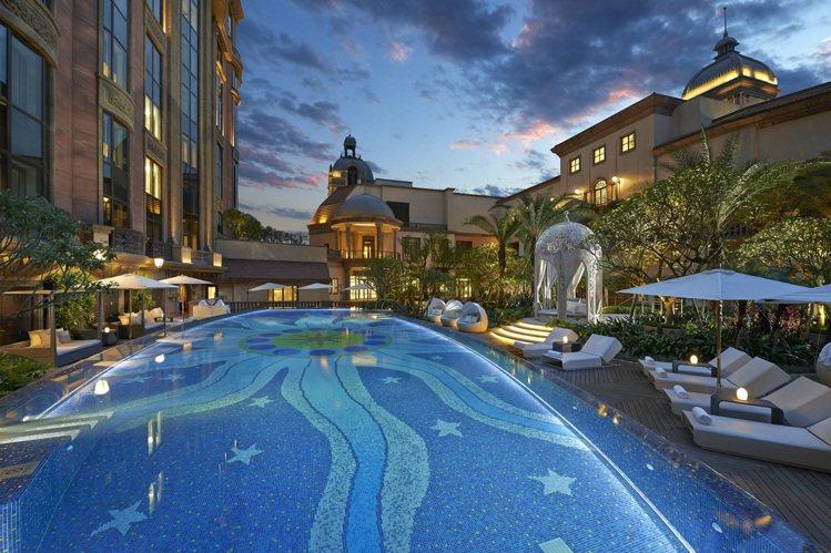 庭園式戶外溫控游泳池,讓賓客盡情享受城市綠洲之悠閒 。圖/台北文華東方酒店提供
