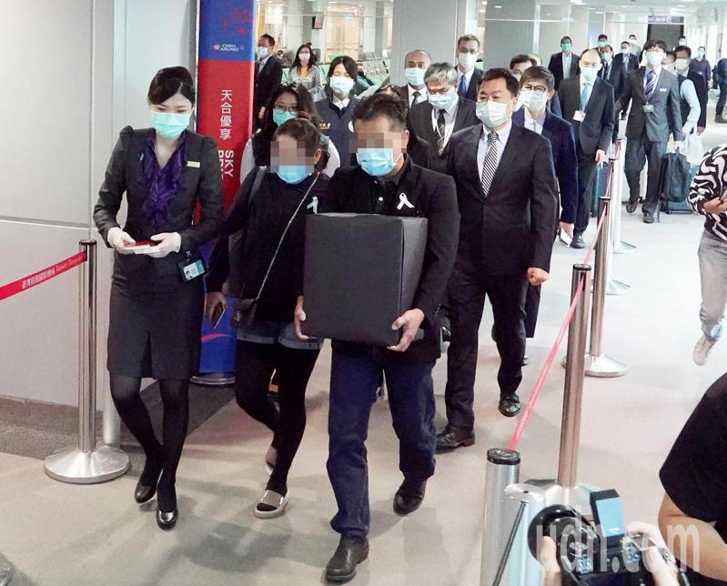 馬來西亞籍鍾姓女大生不幸在台遇害,她的父母親(前排左二及左三)4日清晨帶著女兒骨灰搭機離開台灣這塊傷心地。記者陳嘉寧/攝影