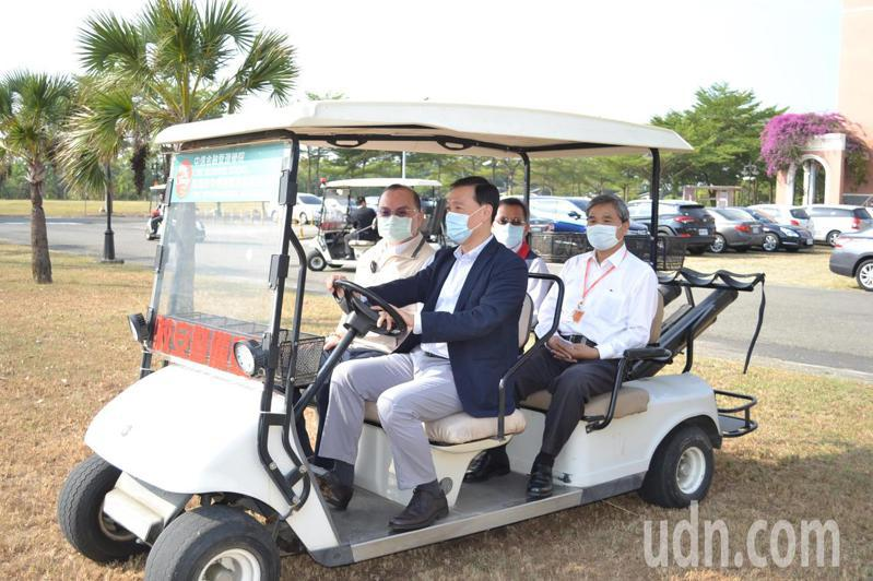 台南市副市長許育典(左一)今天到中信金融管理學院了解校安維護情形。記者鄭惠仁/攝影
