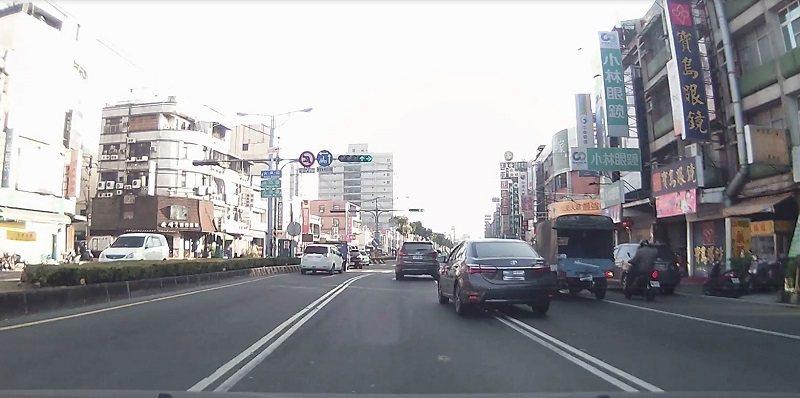 跨越雙白實線超車。圖/屏東監理站提供