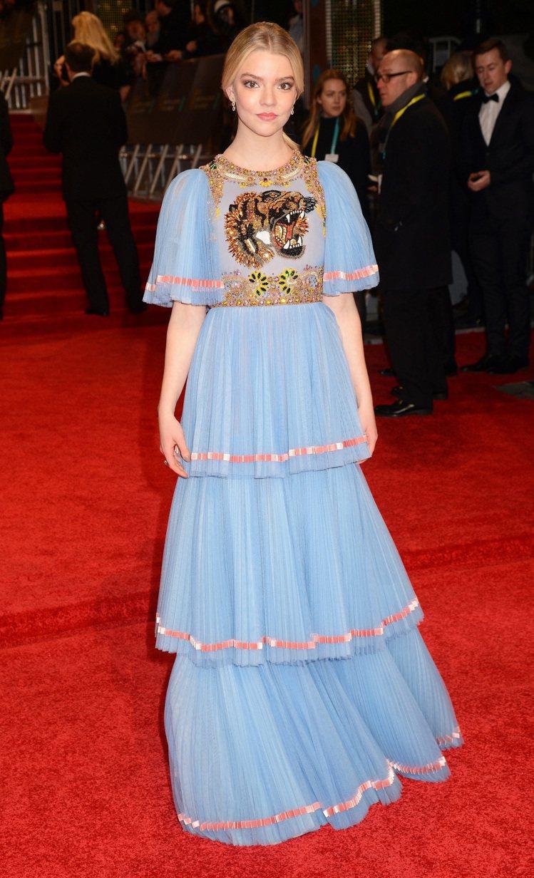 安雅泰勒喬伊穿GUCCI的藍色雪紡紗老虎刺繡蛋糕禮服出席英國電影學院獎。圖/GU...