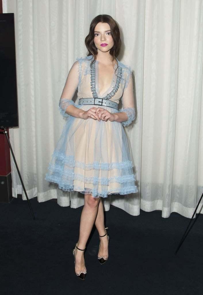 安雅泰勒喬伊穿GUCCI 2D領口設計細節的透膚洋裝,像甜美的洋娃娃。圖/摘自W...