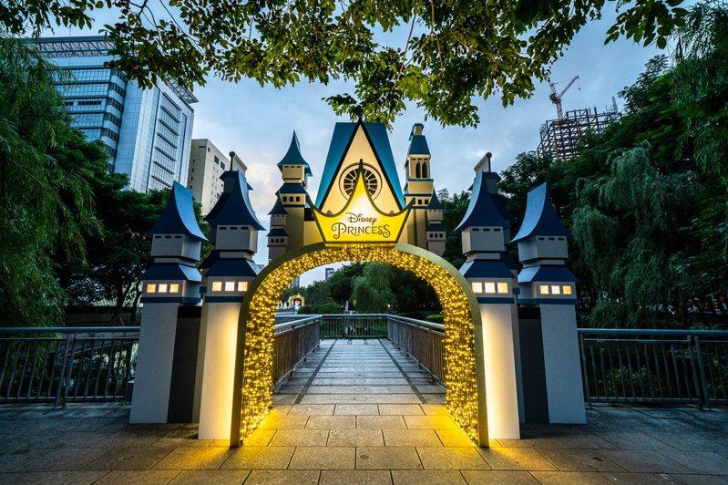 「2020新北歡樂耶誕城」將在11月13日開幕,新北市觀旅局在板橋萬坪公園燈區打造「迪士尼公主的童話森林」。圖/新北市觀旅局提供