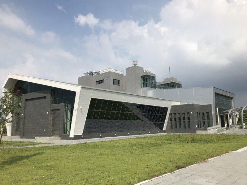 嘉義縣水上鄉北回歸線太陽館第二館太空館,以福爾摩沙一號衛星外型為建築設計元素,歷經9次流標,2年多施工完工,預定明年底營運。圖/縣府提供