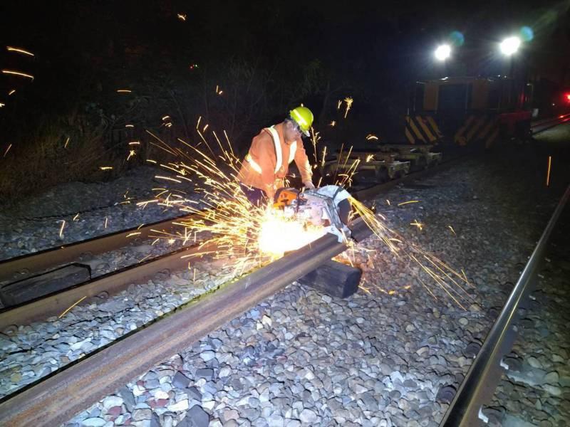 台鐵說,將逐步增補道班人力,儘速採購新型養護機具,落實軌道養護作業。圖/台鐵局提供