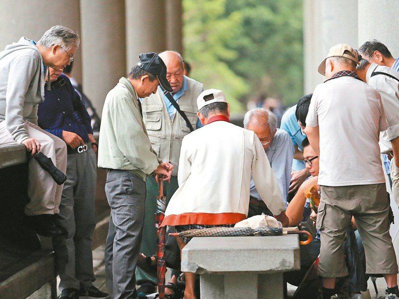 國發會預估,台灣將在2025年成為超高齡社會,同時,預估2026年勞保年金將破產,掀起台灣老年貧窮惡化戰。圖/聯合報系資料照片