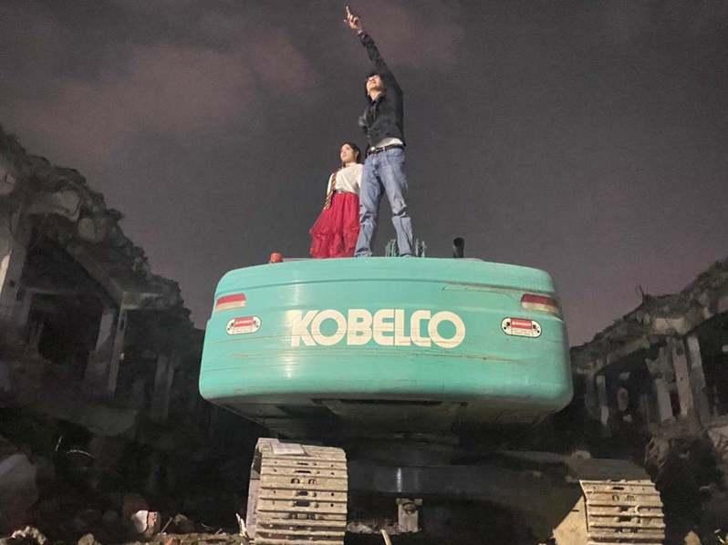 雲林斗六東市場上月31日拆除,雲林縣議員廖郁賢與丈夫簡端良當晚越牆進入工地拍「婚紗照」。圖/廖郁賢提供