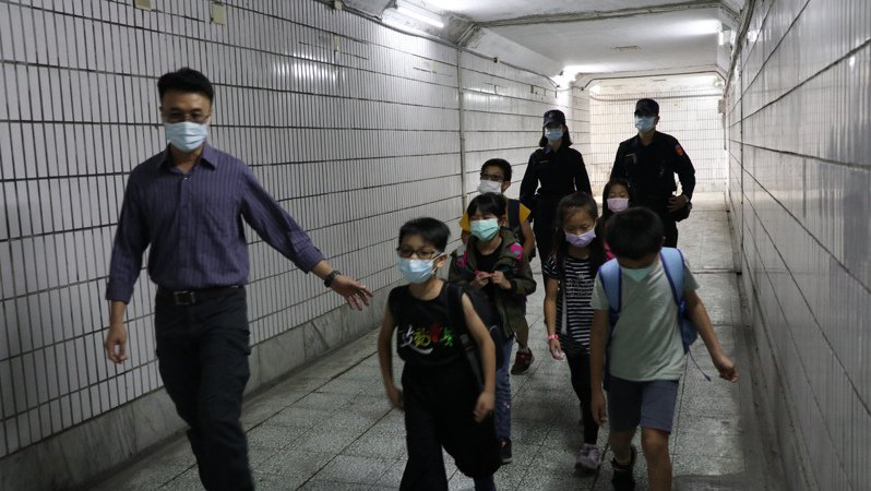 檢視全市校園安全,台南新營國小地下道將增設巡迴箱燈光24小時開啟改成LED照明。圖/新營區公所提供