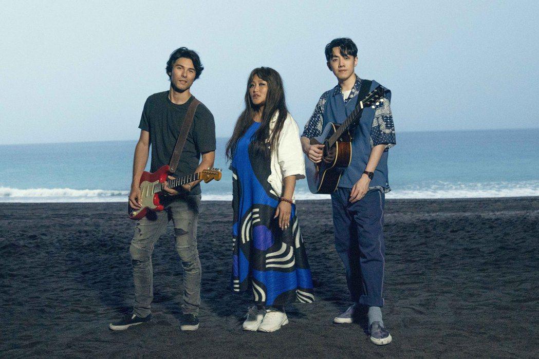 家家(中)與鳳小岳(左)、李友廷到南澳拍攝MV。圖/相信音樂提供