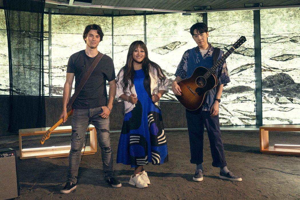 家家(中)邀來鳳小岳(左)、李友廷合作翻唱「海洋」。圖/相信音樂提供