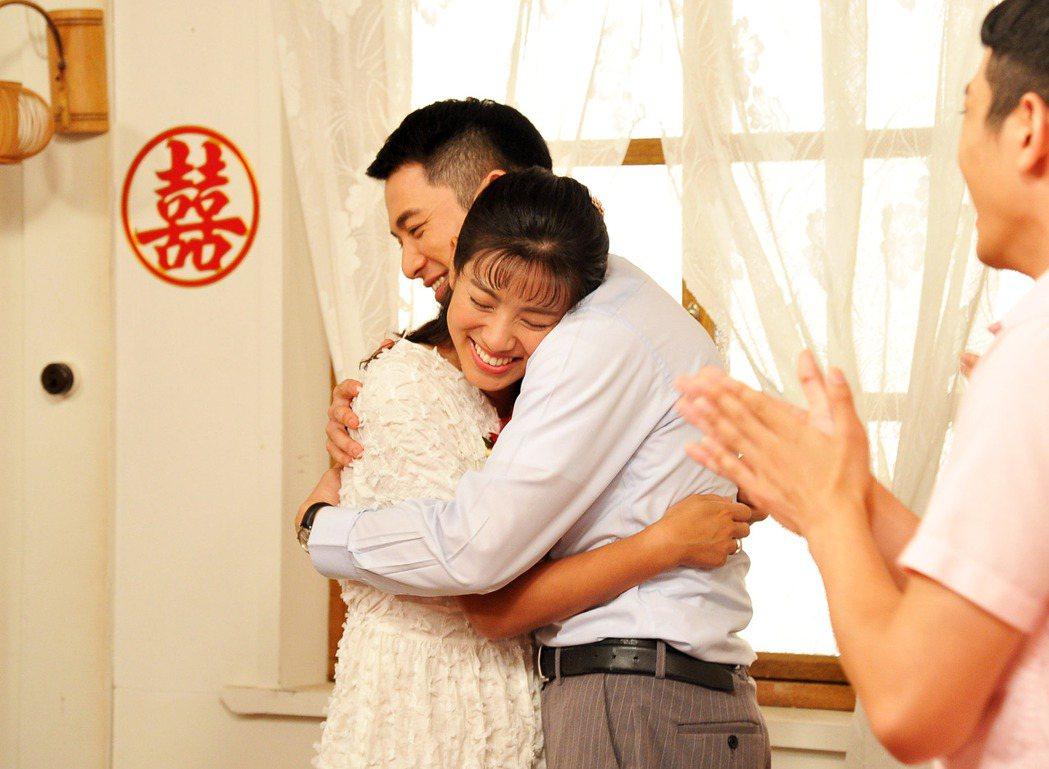 米可白(左)劇中與曾子益辦婚禮。圖/台視提供