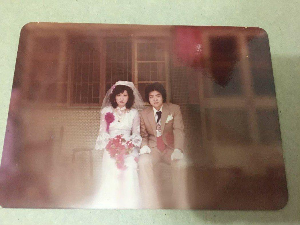 米可白曝光爸媽婚禮照。圖/台視提供