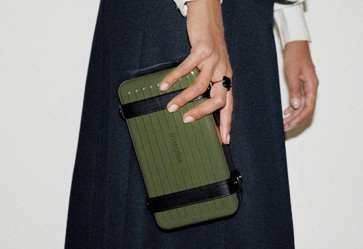 仙人掌綠Personal硬殼手拿包。圖/摘自RIMOWA官網