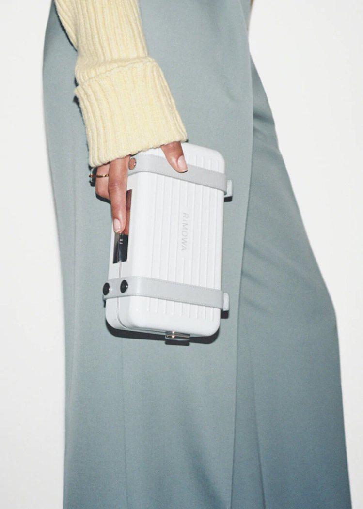 白色基本款Personal硬殼手拿包。圖/摘自RIMOWA官網