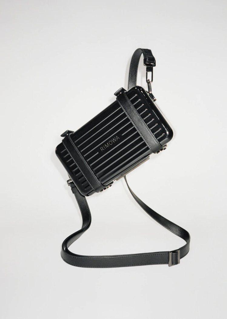 黑色Personal硬殼手拿包。圖/摘自RIMOWA官網