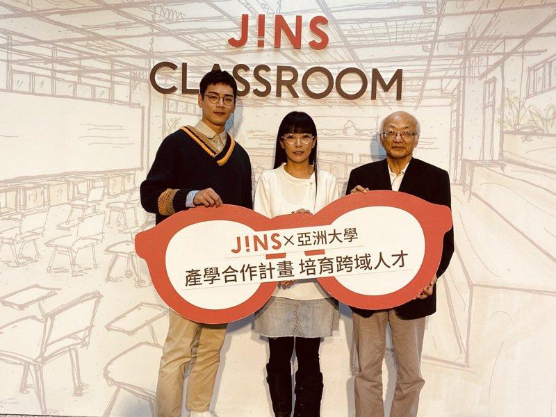 亞洲大學副校長吳聰能(右)、JINS總經理邱明琪(中)與演員禾浩辰一起為視光產業專業教室揭幕。圖/亞洲大學提供