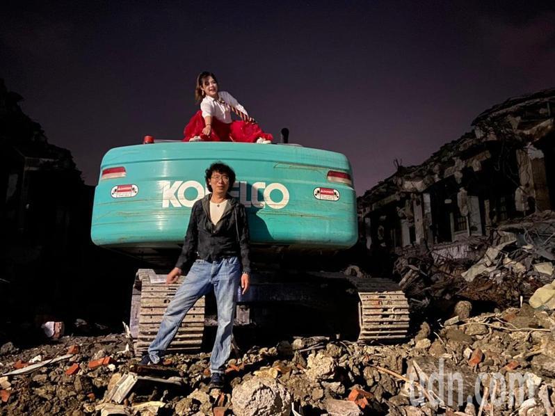雲林斗六東市場拆除,雲林縣議員廖郁賢與丈夫簡端良越牆進入工地拍「婚紗照」。圖/廖郁賢提供