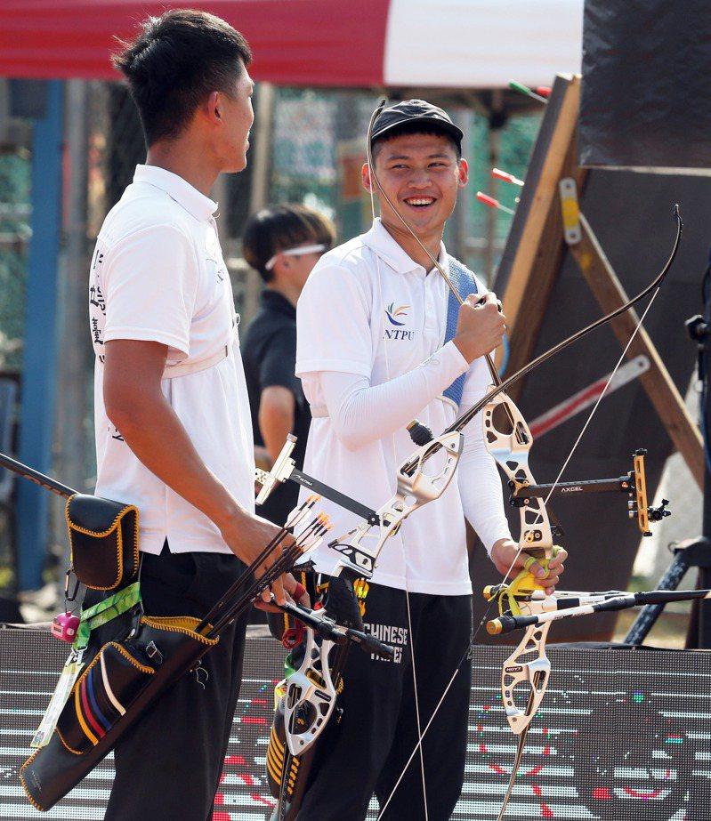 台北大學新鮮人湯智鈞(右)包辦公開男子組團體、個人和混雙金牌。記者劉學聖/攝影