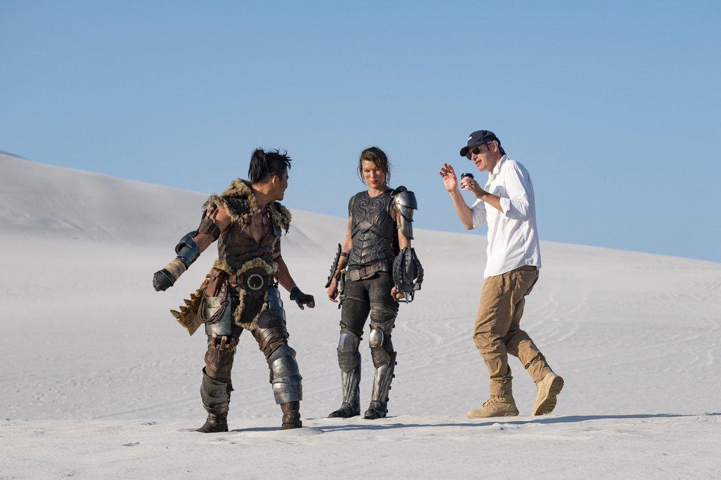 東尼嘉(左起)、蜜拉喬娃維琪以及導演保羅安德森為新片「魔物獵人」打造許多精彩動作...