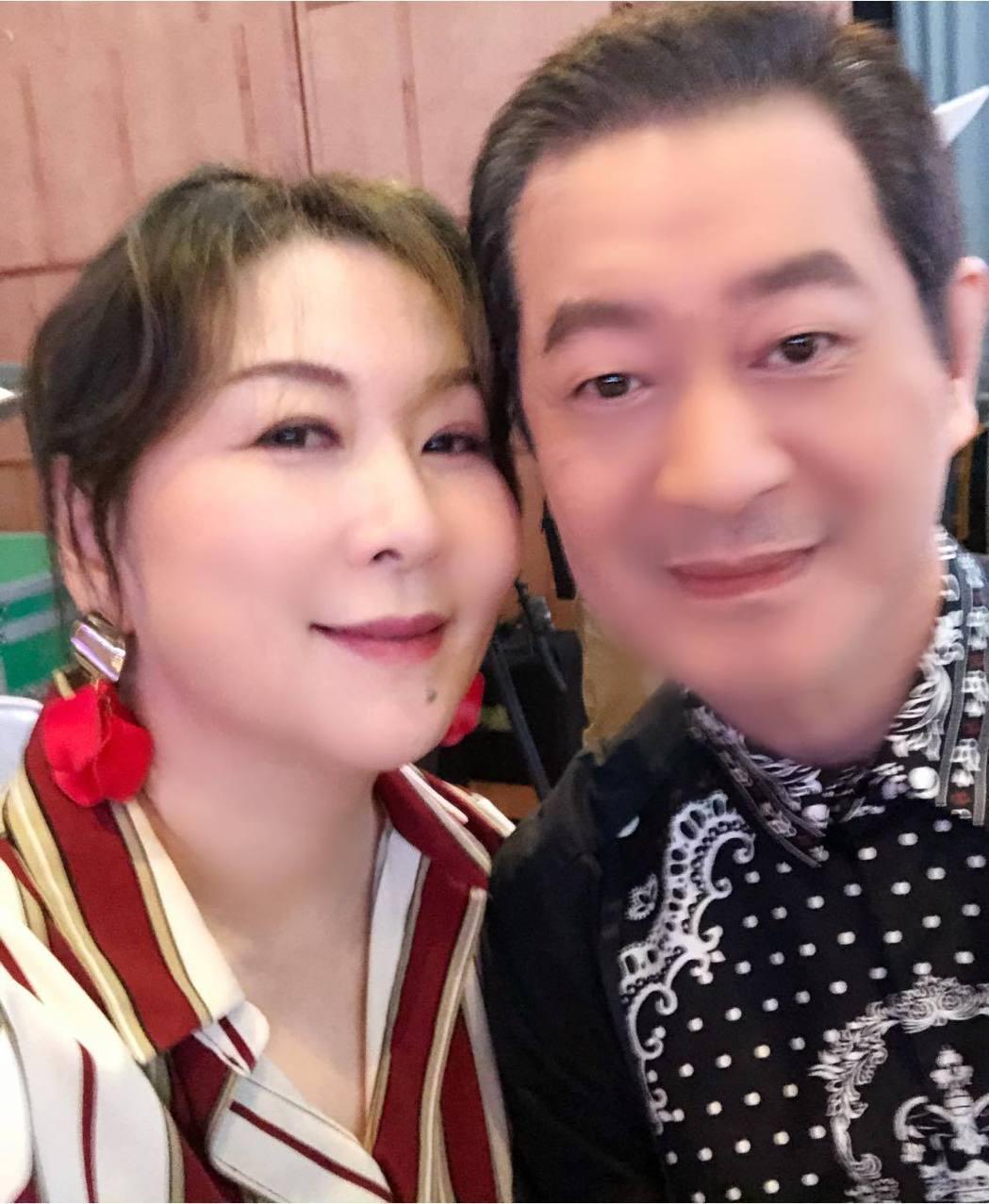 蔡小虎(右)曾形容張秀卿比江蕙還會唱,要她別再搞笑。圖/摘自臉書