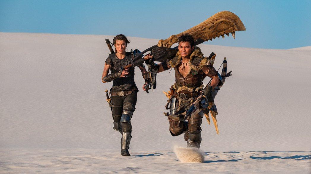 東尼嘉(右)在「魔物獵人」裡與蜜拉喬娃維琪(左)有許多精彩動作戲。圖/索尼提供