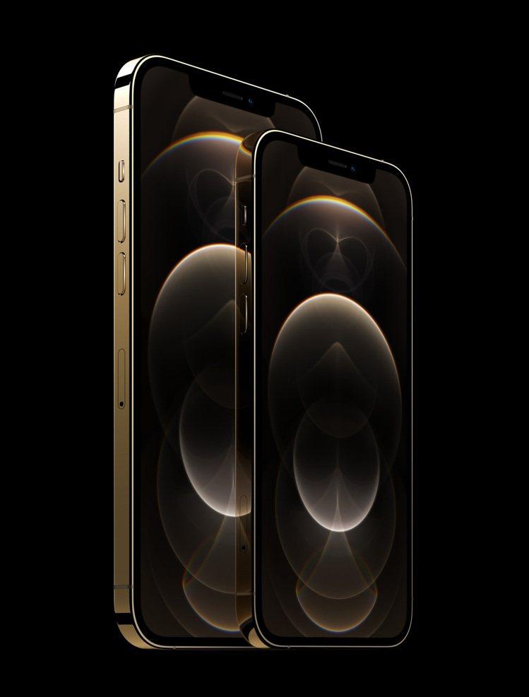 6.7吋的iPhone 12 Pro Max(圖後)將於11月6日晚上9點起於A...