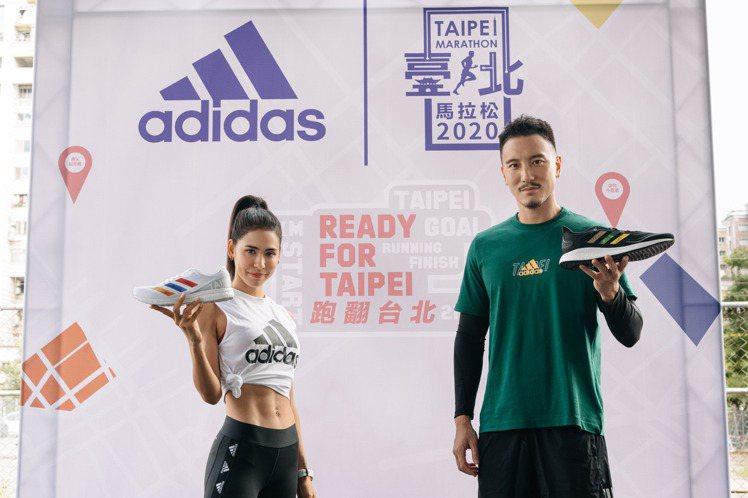王陽明(右)和雷理莎(左)詮釋adidas替台北馬拉松打造的限定跑鞋。圖/adi...