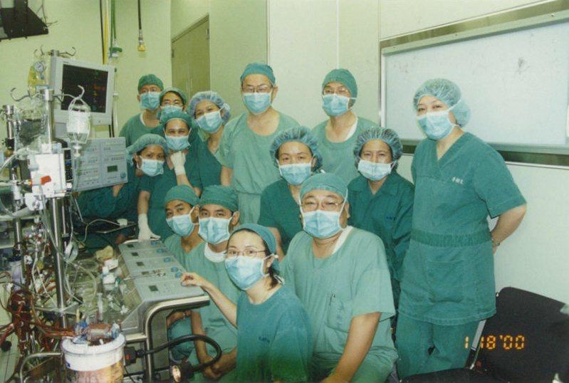 朱樹勳(後排中)帶領亞東醫院醫療團隊,施行第一台開心手術。圖/朱樹勳提供