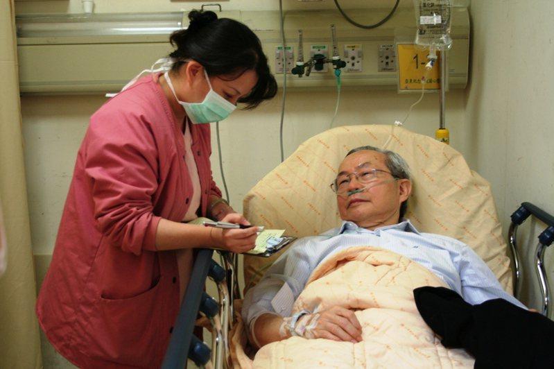 為深入推動以病人為中心的做法,朱樹勳(右)帶領推動全院主治醫師住院一日,體驗病患的情境。圖/朱樹勳提供