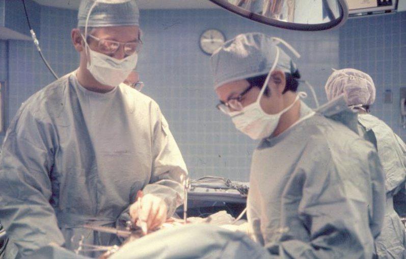 1971~1973年,朱樹勳(右)在德州心臟醫學中心擔當第一助手。圖/朱樹勳提供